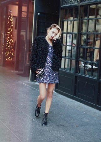 Comment porter: veste de fourrure noire, robe droite pailletée bleu marine, bottines plates à lacets en cuir noires, pochette à étoiles noire