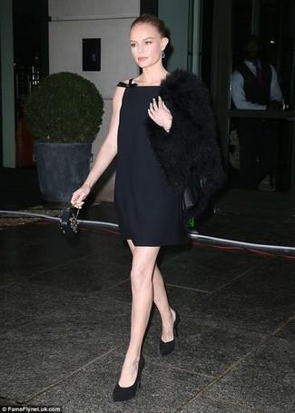 Associe une veste de fourrure noire avec une pochette en cuir ornée noire et tu auras l'air superbe en tout temps et en tous lieux. Assortis ce look avec une paire de des escarpins en daim noirs.