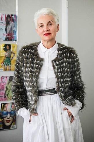 Comment s'habiller après 50 ans: Harmonise une veste de fourrure olive avec une robe chemise blanche pour créer un look chic et décontracté.