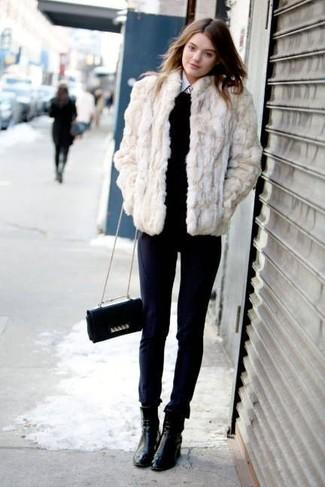 Tenue  Veste de fourrure beige, Pull à col rond noir, Chemise de ville  blanche, Pantalon slim bleu marine   Mode femmes 209f33782110