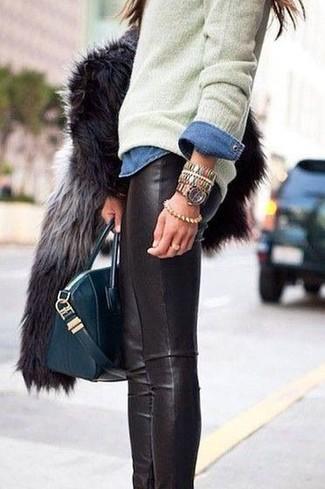 Comment porter une veste de fourrure gris foncé: Marie une veste de fourrure gris foncé avec des leggings en cuir noirs pour une tenue raffinée mais idéale le week-end.