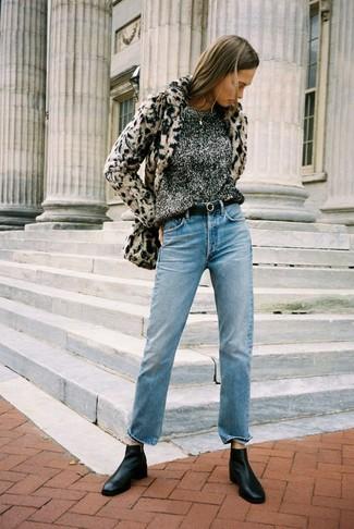 Comment porter: veste de fourrure imprimée léopard beige, pull à col rond gris foncé, jean bleu clair, bottines chelsea en cuir noires