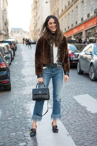 Comment porter un pull à col rond blanc: Pense à harmoniser un pull à col rond blanc avec un jean à franges bleu pour un déjeuner le dimanche entre amies. D'une humeur audacieuse? Complète ta tenue avec une paire de des slippers en cuir noirs.