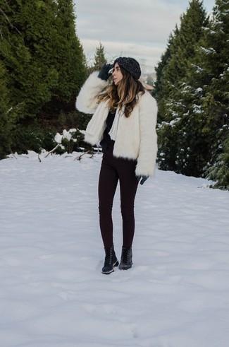 Comment porter: veste de fourrure blanche, pull à col rond duveteux noir, jean skinny pourpre foncé, bottines plates à lacets en cuir noires