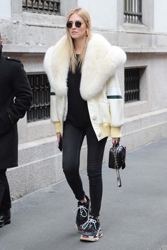 Comment porter: veste de fourrure blanche, pull à col rond noir, jean skinny noir, chaussures de sport noires