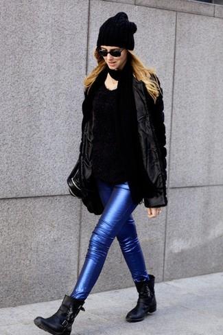 Comment porter: veste de fourrure noire, pull à col rond duveteux noir, jean skinny en cuir bleu, bottines en cuir noires
