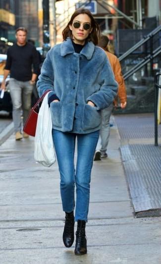 Comment porter: veste de fourrure bleue, pull à col rond bleu marine, jean skinny bleu, bottines à lacets en cuir noires