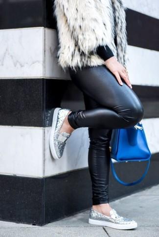 Comment porter: veste de fourrure blanche, pull à col rond noir, leggings en cuir noirs, slippers pailletés argentés