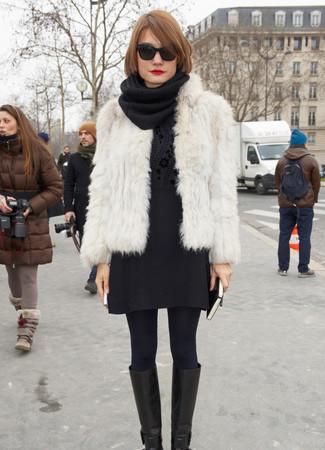 Comment porter une veste de fourrure blanche: Pense à opter pour une veste de fourrure blanche et une minijupe en laine noire pour obtenir un look relax mais stylé. Termine ce look avec une paire de des bottes hauteur genou en cuir noires.