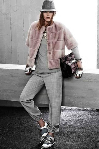 Comment porter: veste de fourrure rose, pull à col rond gris, pantalon carotte gris, baskets basses en cuir grises
