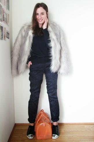 Comment porter: veste de fourrure grise, pull à col rond bleu marine, pantalon de costume à fleurs bleu marine, baskets basses noires