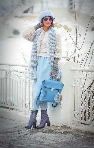 Comment porter: veste de fourrure blanche, pull à col rond blanc, robe midi en chiffon bleu clair, bottes hauteur genou en cuir grises