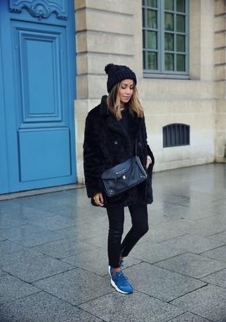 Harmonise une veste de fourrure noire avec un jean skinny en cuir noir pour affronter sans effort les défis que la journée te réserve. Décoince cette tenue avec une paire de des chaussures de sport bleues.