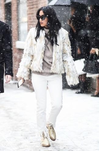 Comment porter: veste de fourrure beige, pull à col roulé à rayures horizontales gris, jean à franges blanc, bottines plates à lacets en cuir beiges