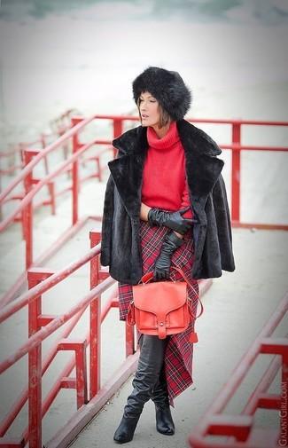 Comment porter: veste de fourrure noire, pull à col roulé en tricot rouge, jupe crayon écossaise rouge, cuissardes en cuir noires