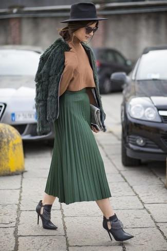 Comment porter une pochette en daim grise: Pense à marier une veste de fourrure vert foncé avec une pochette en daim grise pour une tenue relax mais stylée. Une paire de des bottines en cuir découpées noires est une option génial pour complèter cette tenue.