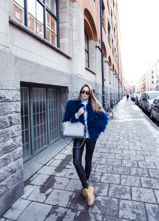 Comment porter: veste de fourrure bleu marine, pull à col roulé en laine blanc, leggings en cuir noirs, bottines plates à lacets en daim marron clair