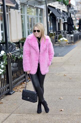 Comment porter: veste de fourrure fuchsia, pull à col roulé noir, leggings en cuir noirs, bottines en daim noires
