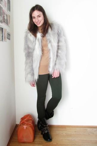Comment porter: veste de fourrure grise, pull à col roulé marron clair, leggings vert foncé, bottes mi-mollet en cuir à clous noires