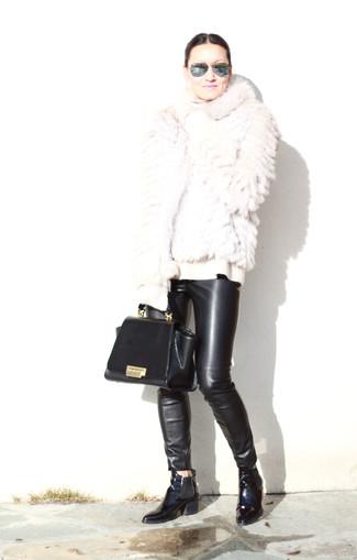 Comment porter: veste de fourrure blanche, pull à col roulé en laine blanc, pantalon slim en cuir noir, bottines chelsea en cuir noires