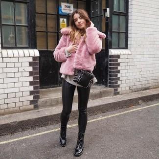 Comment porter: veste de fourrure rose, pull surdimensionné beige, pantalon slim en cuir noir, bottines plates à lacets en cuir noires