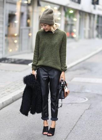 Pense à marier une veste de fourrure noire avec un pantalon style pyjama en cuir noir pour achever un look chic. Une paire de des mules en daim noires rendra élégant même le plus décontracté des looks.