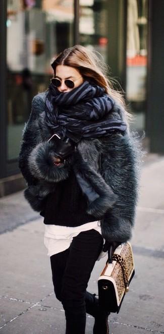 Comment porter: veste de fourrure gris foncé, pull surdimensionné en tricot noir, t-shirt à col rond blanc, jean skinny noir