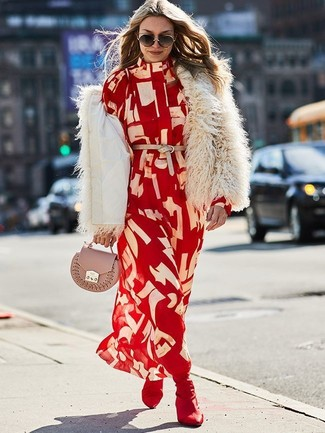 Comment porter: veste de fourrure beige, robe chemise imprimée rouge, bottines élastiques bordeaux, pochette en cuir rose