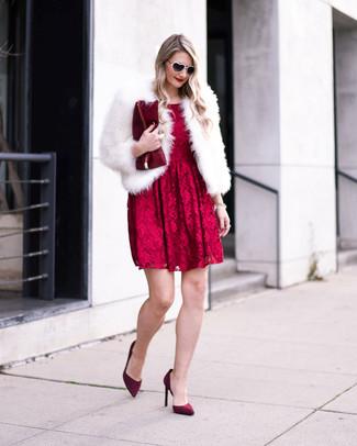 Comment porter: veste de fourrure blanche, robe évasée en dentelle rouge, escarpins en daim bordeaux, pochette en cuir bordeaux