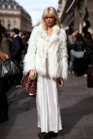 Essaie de marier une veste de fourrure blanche avec une robe longue en satin blanche pour achever un look chic. Une paire de des bottines en cuir noires s'intégrera de manière fluide à une grande variété de tenues.