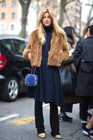Comment porter: veste de fourrure marron, robe midi en tricot bleu marine, pantalon de costume noir, bottines en cuir dorées