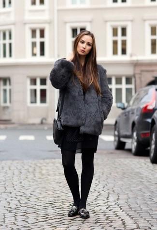 Comment porter une veste de fourrure gris foncé: Pour une tenue de tous les jours pleine de caractère et de personnalité pense à porter une veste de fourrure gris foncé et une robe patineuse en dentelle noire. Cet ensemble est parfait avec une paire de des mocassins à pampilles en cuir imprimés léopard noirs.