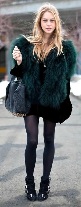 Comment porter: veste de fourrure vert foncé, robe-pull noire, bottines en daim noires, sac fourre-tout en cuir à clous noir