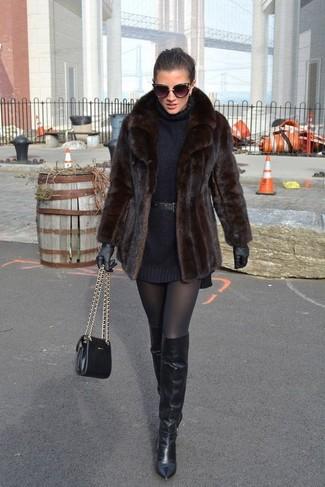 Comment porter: veste de fourrure marron foncé, robe-pull noire, cuissardes en cuir noires, sac bandoulière en cuir noir