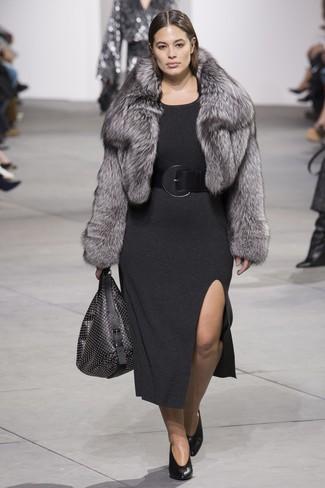 Comment porter: veste de fourrure grise, robe-pull gris foncé, escarpins en cuir noirs, sac fourre-tout en cuir à clous noir