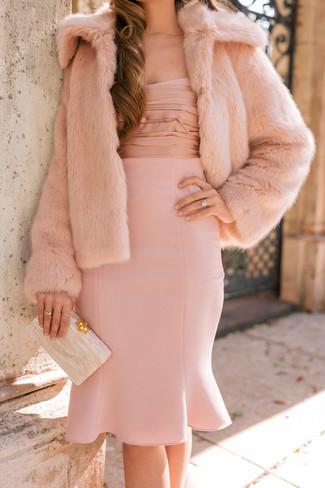 Essaie de marier une veste de fourrure rose avec une robe fourreau rose pour se sentir en toute confiance et être à la mode.