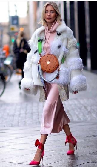 Comment porter: veste de fourrure beige, sweat à capuche rose, cardigan long beige, robe nuisette en soie rose