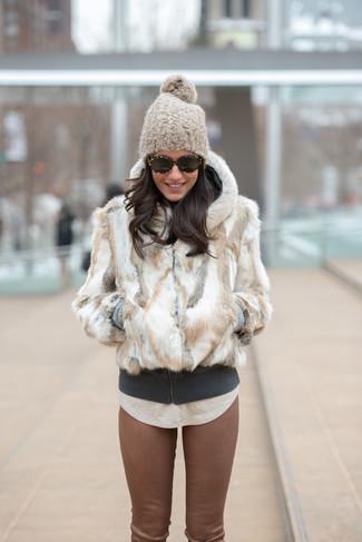 Comment porter une veste de fourrure blanche: Opte pour une veste de fourrure blanche avec un pantalon slim en cuir marron pour un ensemble de bureau stylé.