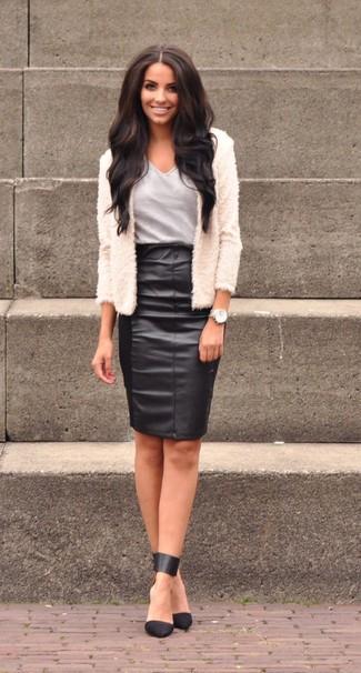Comment porter une veste de fourrure blanche: Harmonise une veste de fourrure blanche avec une jupe crayon en cuir noire pour un look pointu et élégant. Cette tenue est parfait avec une paire de des escarpins en cuir noirs.