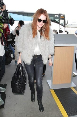 Comment porter: veste de fourrure grise, t-shirt à col rond à rayures horizontales blanc, jean skinny gris foncé, bottines en cuir noires