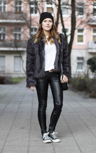Comment porter une veste de fourrure gris foncé: Opte pour une veste de fourrure gris foncé avec des leggings en cuir noirs et tu auras l'air d'une vraie poupée. Jouez la carte décontractée pour les chaussures et termine ce look avec une paire de des baskets basses noires et blanches.