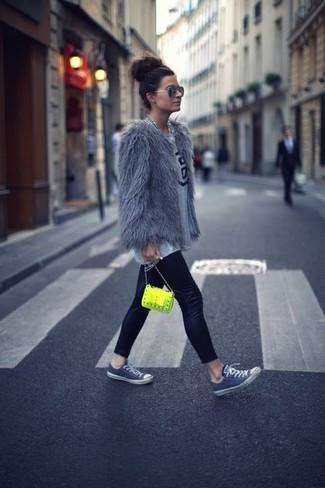 Comment porter: veste de fourrure grise, t-shirt à col rond imprimé gris, leggings en cuir noirs, baskets basses grises