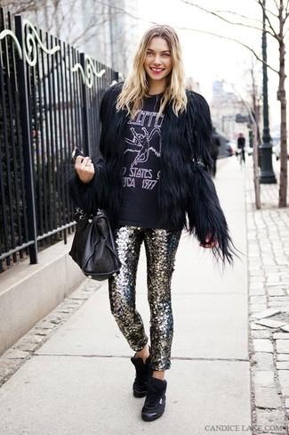 Comment porter: veste de fourrure noire, t-shirt à col rond imprimé noir et blanc, pantalon slim pailleté argenté, baskets montantes noires
