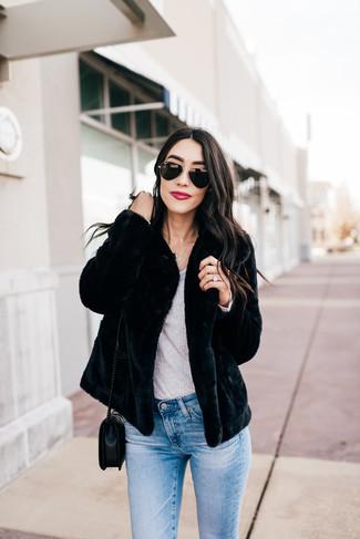 Comment porter: veste de fourrure noire, t-shirt à manche longue gris, jean skinny bleu clair, sac bandoulière en cuir matelassé noir