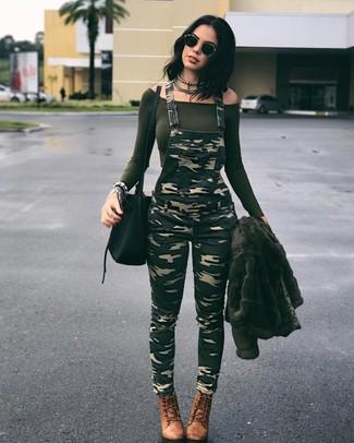 Comment porter: veste de fourrure olive, top à épaules dénudées olive, salopette camouflage olive, bottines à lacets en cuir marron