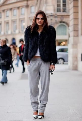 Comment porter: veste de fourrure noire, top court blanc, pantalon de jogging gris, escarpins en cuir blancs et noirs