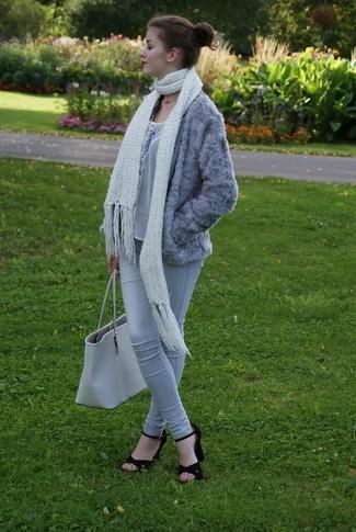 Comment porter: veste de fourrure grise, top sans manches en dentelle gris, jean skinny gris, sandales à talons en daim noires
