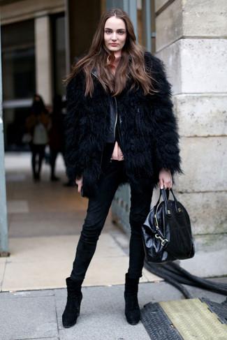 Comment porter: veste de fourrure noire, veste motard en cuir matelassée noire, chemisier boutonné rose, jean skinny noir