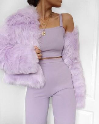 Comment porter une veste de fourrure pourpre: Pense à harmoniser une veste de fourrure pourpre avec un pantalon large violet clair pour dégager classe et sophistication.