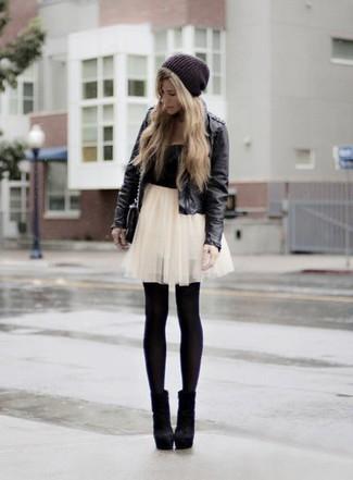 Harmonise une veste en cuir noire avec une minijupe de tulle blanche pour un déjeuner le dimanche entre amies. Une paire de des bottines en daim noires ajoutera de l'élégance à un look simple.